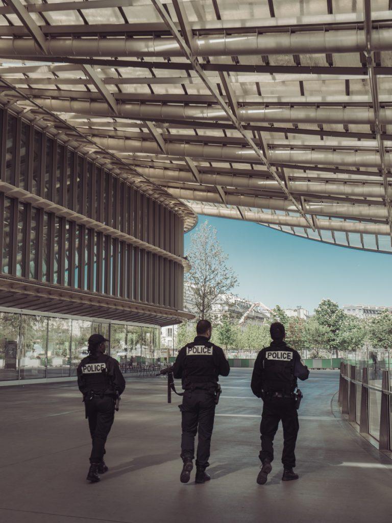 3 policemen paris